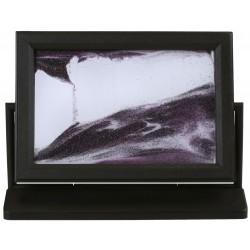 Obraz w formacie 10×15 cm, oprawiony w ramę  plastikową  z podstawką wykonaną z plastiku.