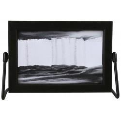 Obraz w formacie 15×21 cm, oprawiony w ramę  plastikową  z metalową  podstawką z czarnym piaskiem